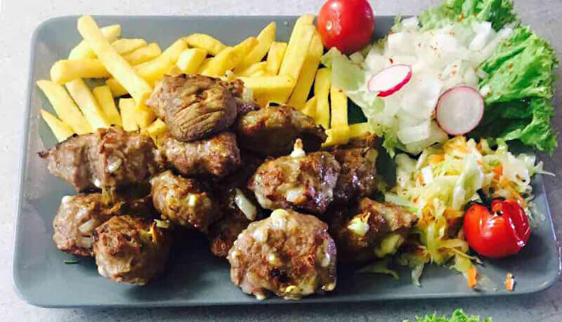 leckeres Grillfleischgericht mit Pommes bei Grill House BlayWatch in München